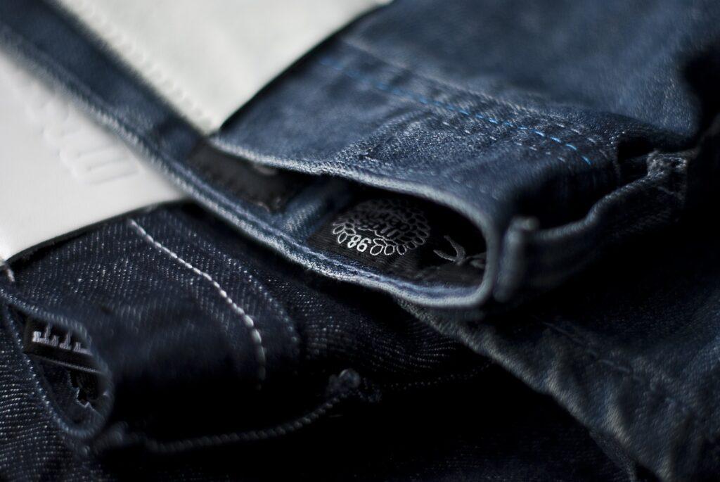Etichette per abiti, guida alle tipologie e alla scelta